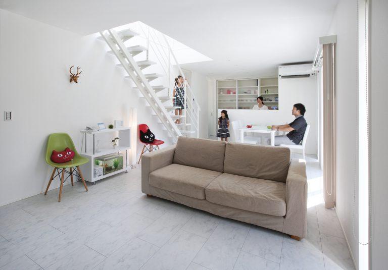 天窓からの光に満ちた、白くて四角いシンプルを極めた家