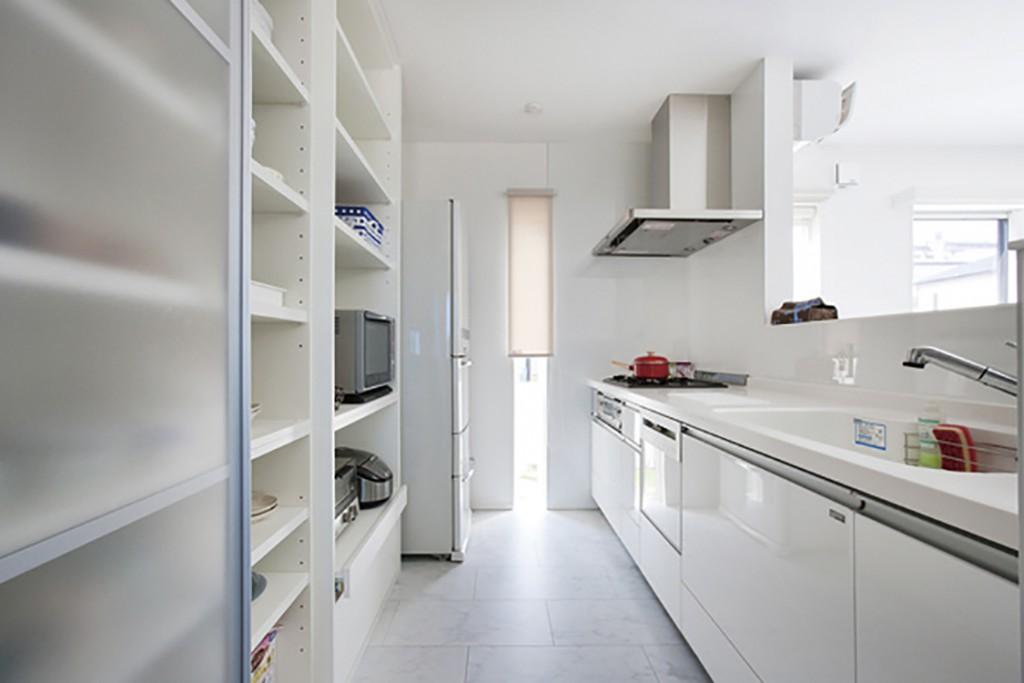 お洒落なレンジフードや、壁一面を使った大容量のキッチンバック収納は標準で装備