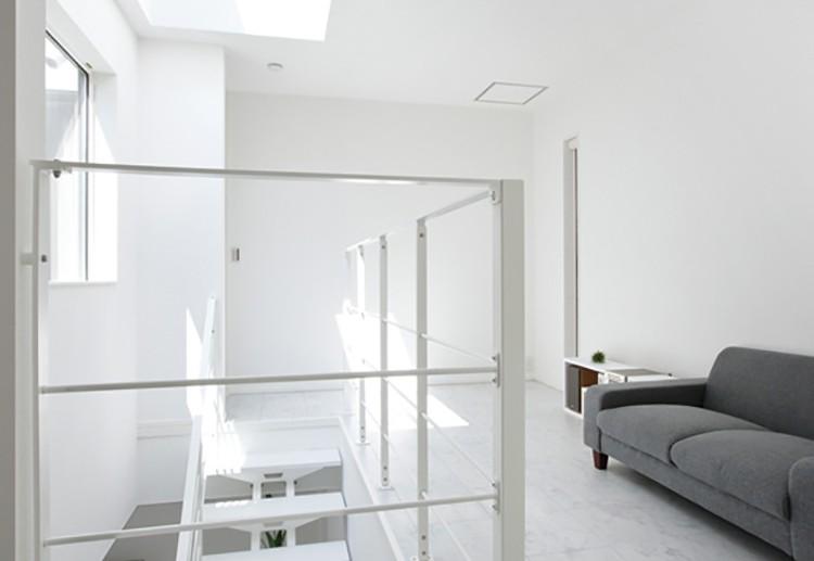ソファーが置かれた2階ホールは、「これから美術館のような空間にしたいです」とTさん