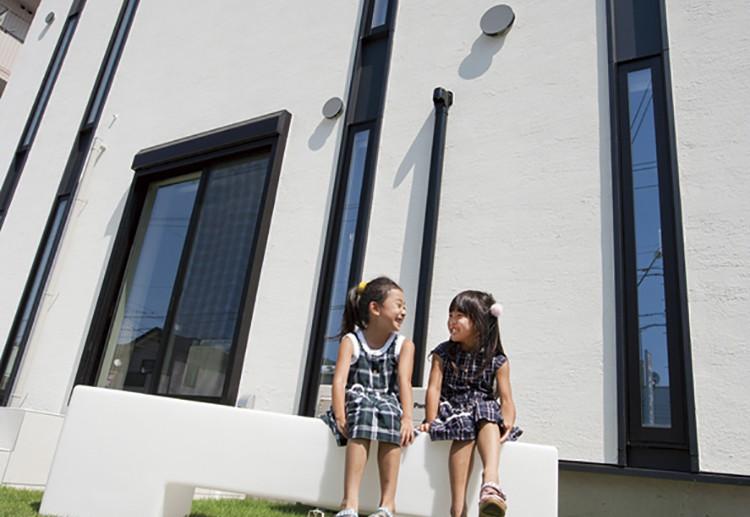 白い外壁が生える、芝生と青空とのコントラストが美しい〈casa