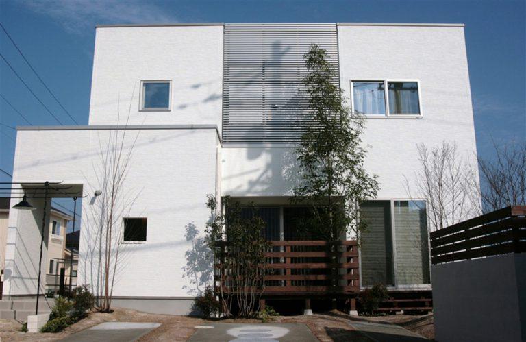 ボックス型のシンプルな外観。シックな無垢材に癒やされる家