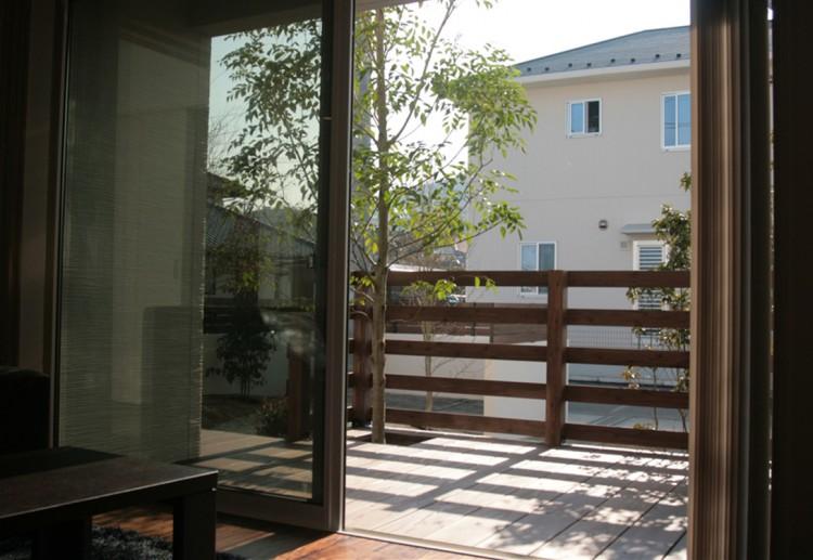 リビングの窓にはウッドデッキとつながる大開口サッシを配して、開放的な住空間を演出
