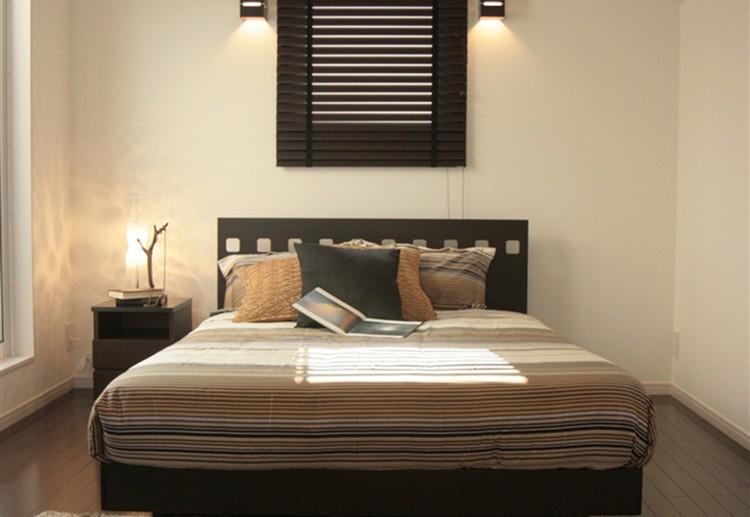 主寝室はシックな色合いのカラーコーディネートにより、落ち着いた空間とした
