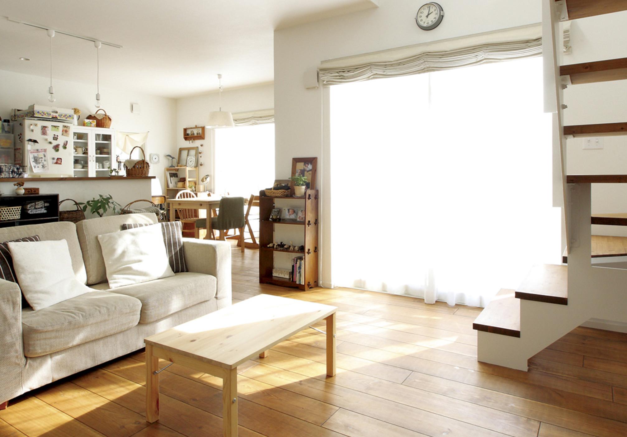 壁には珪藻土、床にはフレンチパインの無垢フローリングを採用し、自然素材に囲まれた心地良い住空間を実現。開放的なリビングの吹抜けは十分な光を室内に届けてくれる