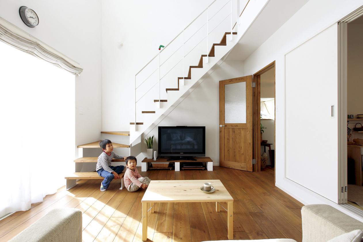 白を基調とした爽やかな空間の中に、鉄製のスケルトン階段がアクセントとなったリビング。Uさん自らが作られたというテレビ台も、この空間にさりげなくマッチしている