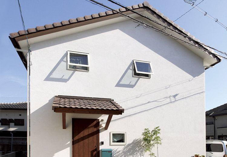 質感のある褐色の三州瓦と塗り壁により、素朴で可愛らしい表情を見せる外観