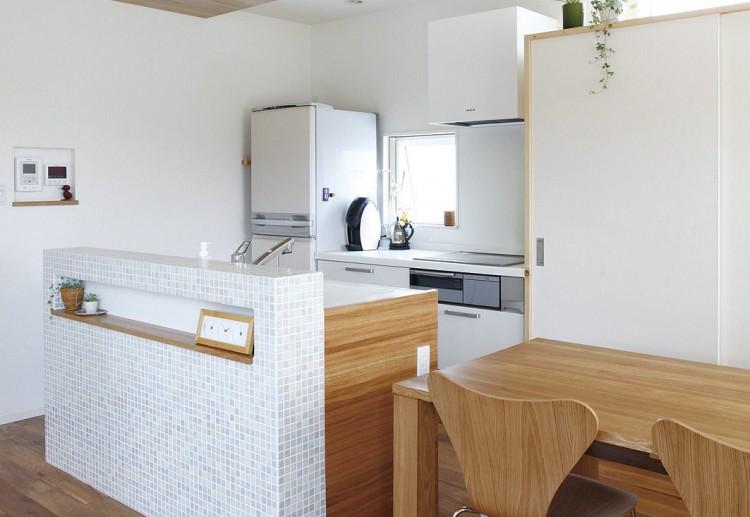 シンク周りをぐるりと回遊でき、便利な家事動線を実現するアイランド型のキッチン。リビング・ダイニングとつながる空間をいつもスッキリと片付けることができる壁面収納を採用