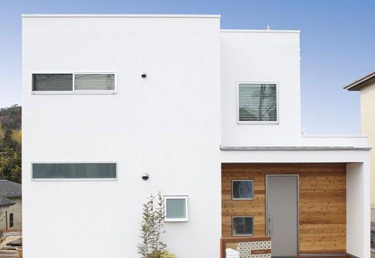 窓の位置にこだわってデザインし、ホワイトを基調とした四角い造形が印象的なM邸外観