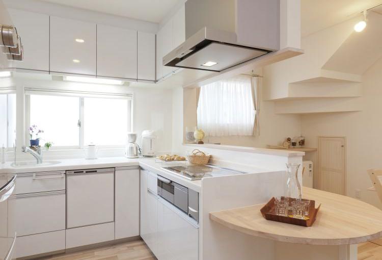 料理をしながら会話ができるように調理器を配置した、KさんこだわりのL型キッチン