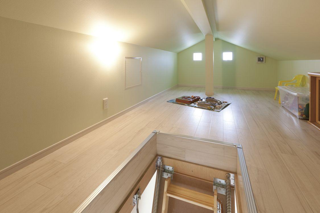屋根裏空間を有効活用して作ったロフトは、収納を兼ねた子どもたちのプレイルームに