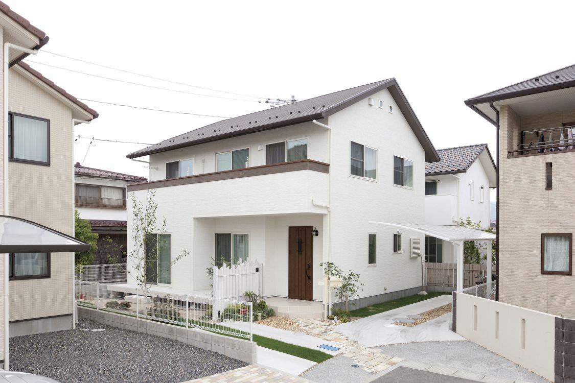 白い外壁と茶色の屋根や玄関を組み合わせて、プロヴァンス風の建物をイメージした外観