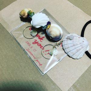 海で拾った貝を使って友人にプレゼントしました。