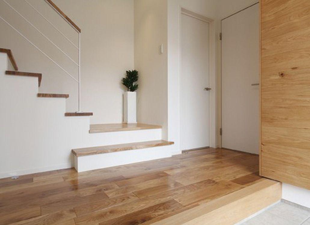 ゆったりとした玄関ホールには、可動式扉で開閉できる便利な玄関収納を配置した