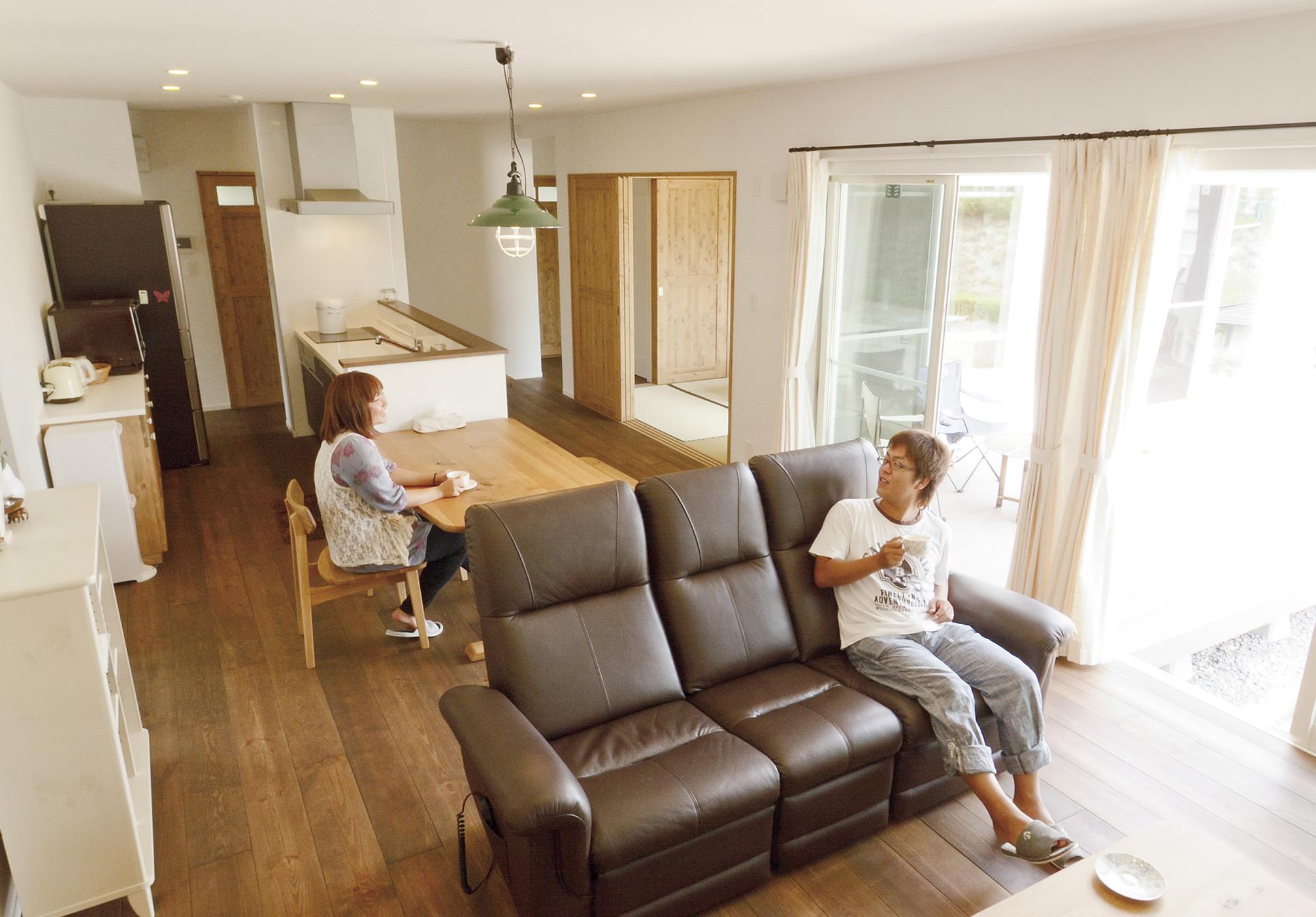 壁には珪藻土、床にはパイン無垢材を採用するなど、体に優しい自然素材に囲まれたリビング・ダイニング・キッチン。Nさんが希望した通りのゆったりとした住空間が広がっている