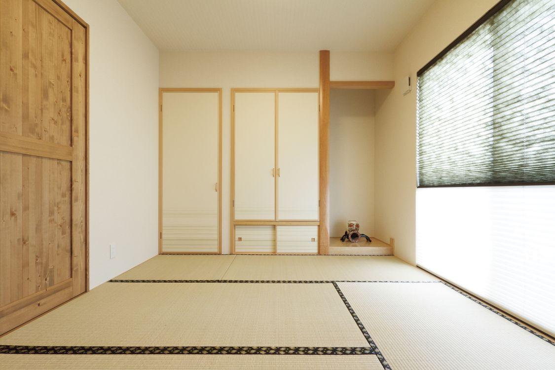 キッチンの向かいの和室は、ナチュラルな雰囲気で周囲の空間とも自然と馴染んでいる