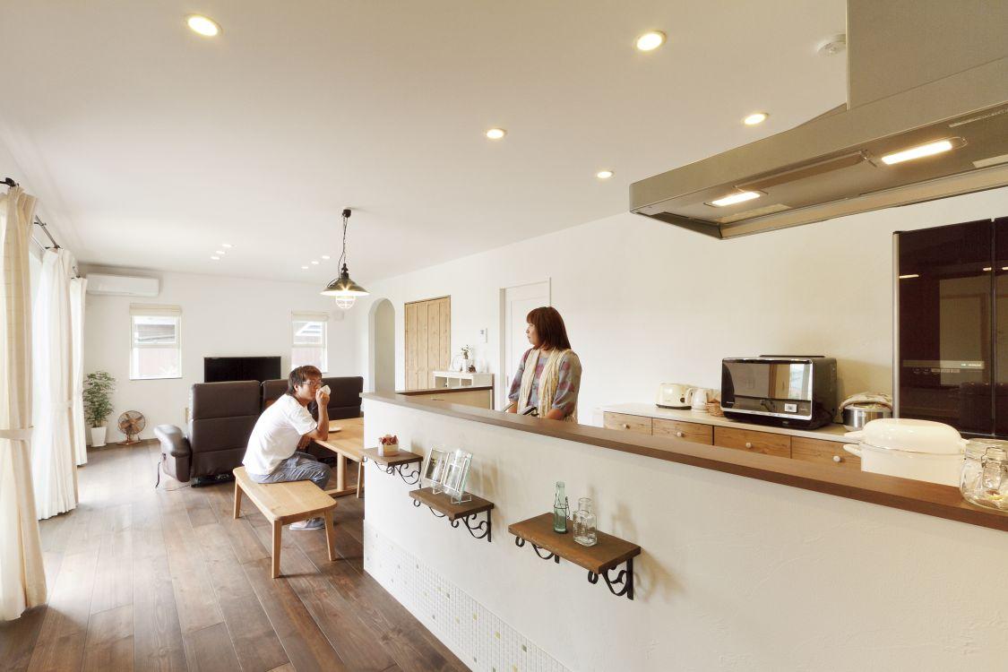 キッチンは仕切りを設けず、リビング・ダイニングとの開放的な空間のつながりを演出