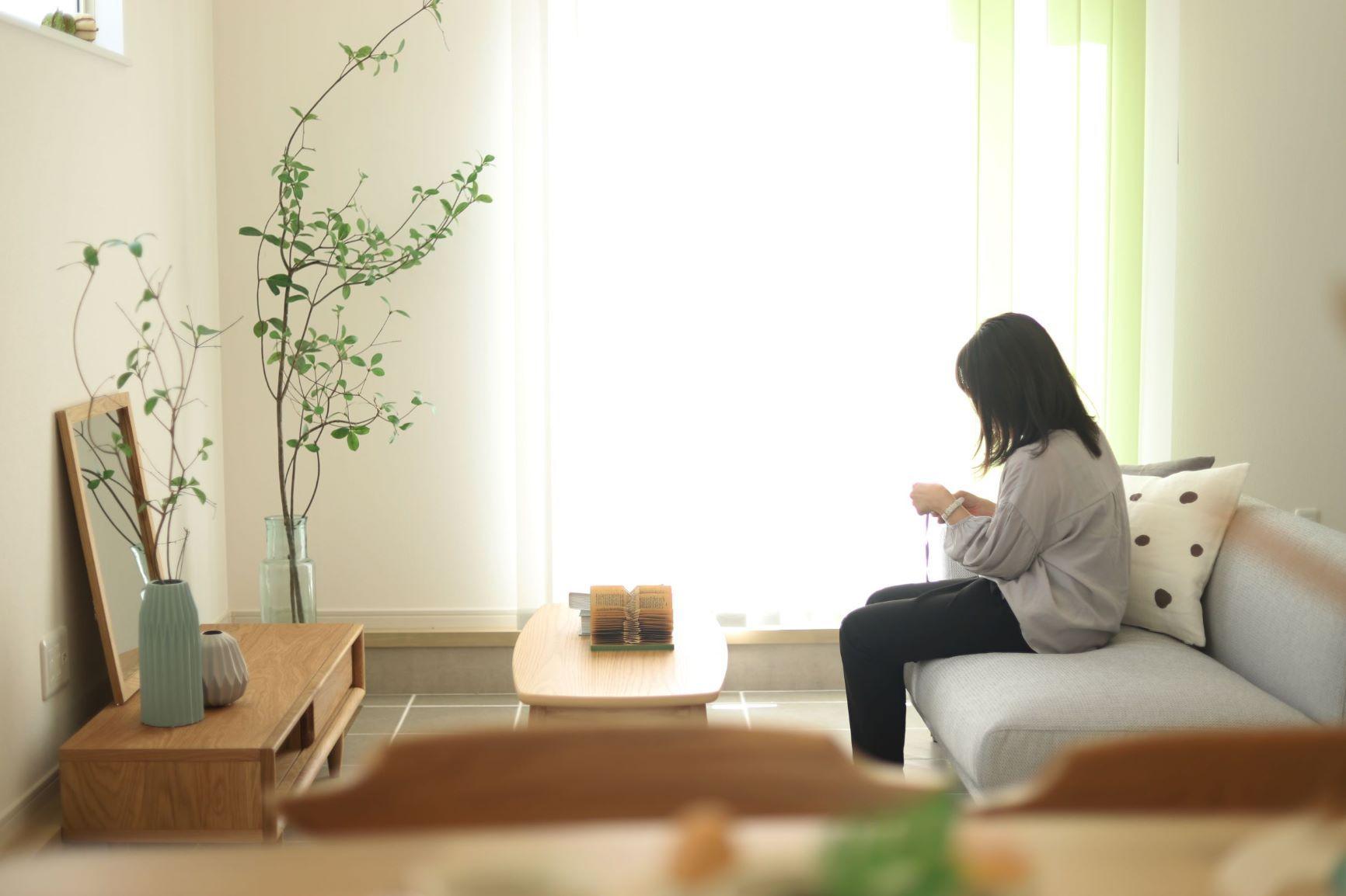 リビングは吹き抜けなので、窓を閉めていても開放的な空間が広がります。