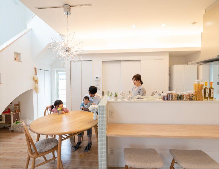 大開口の窓と吹き抜けがもたらすたっぷりの自然光と開放感に満ちた家
